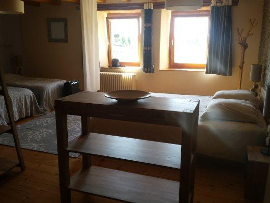 La Trace Chambre et Table d'Hote : Laisia, vue des 2 fauteuils : lit en 160cm à droite, 2 lits jumeaux à gauche