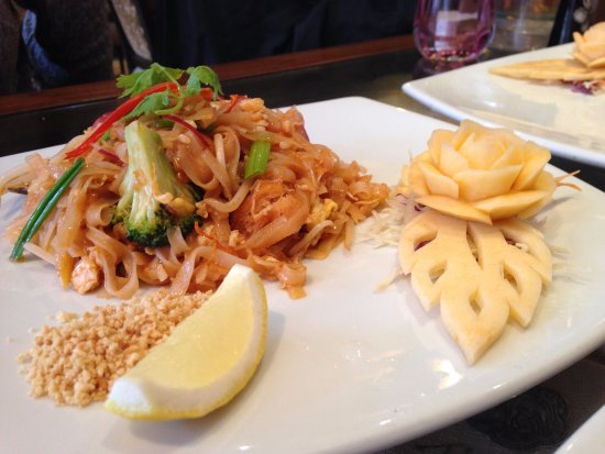 Nay Thai: Pad Thai - loved the decoration on the plate!