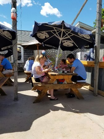 Belfast, ME: The outside dining is lovely on a sunny summer day