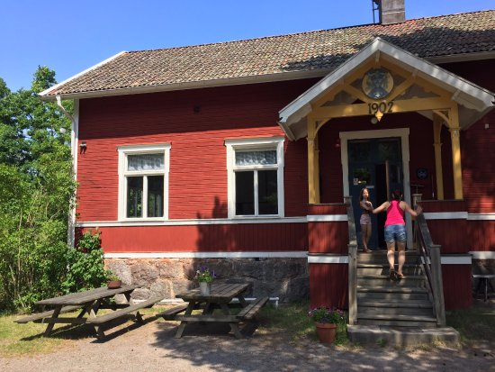 Uppsala County, Sverige: The old school building at Gällnö. Now a hostel and hotel.