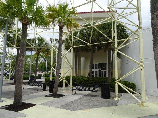 Sawgrass Mills: Alrededores de la Playa de Estacionamiento