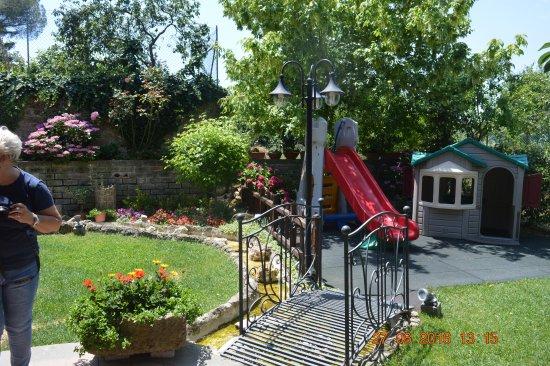 Chia, Italy: piccolo parco giochi in giardino