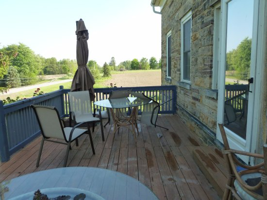 Mesopotamia, OH: Front porch (note step)