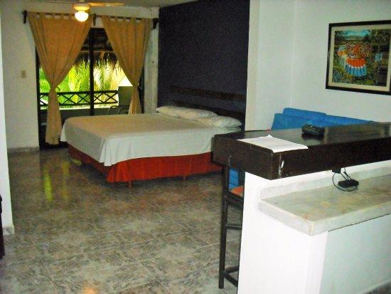 Caracol Suite Hotel: Chabre avec grand lit double.