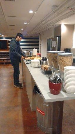 Urban Holiday Lofts: Espaço para breakfast e outras refeições. Tem televisão e banheiros.