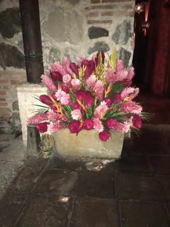 Posada del Angel: Beautiful Fresh Flower arrangements decorate Hotel