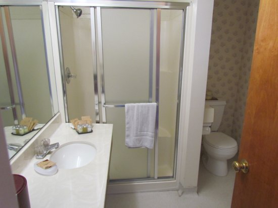 Harbor View Inn: clean, mirror behind that door and spacious