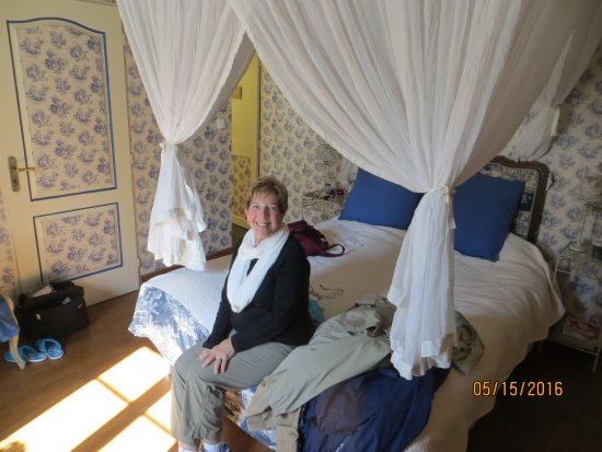 Logis Les Remparts -  Bed and Breakfast: Canopy Bed