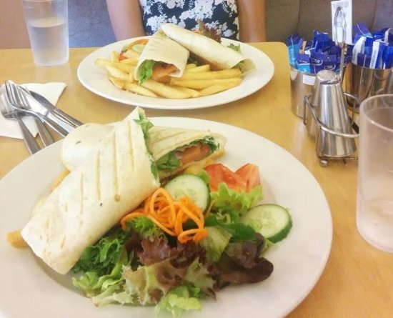 Eastwood, Austrália: We both got salmon wraps that comes with chips and salad. $11 for all this =)