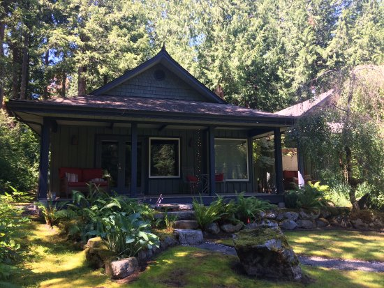 Halfmoon Bay, Canadá: Iris cottage from the gardens