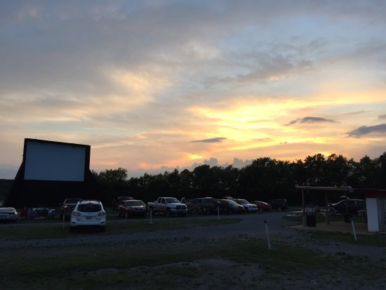 Lewisburg, Теннесси: Watching the sun go down at the drive in
