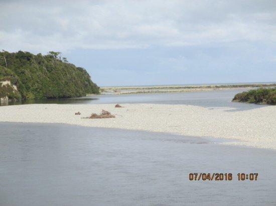 West Coast Region, Neuseeland: Trail along the Greymouth beach.
