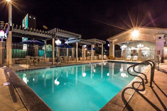 Quality Inn: Outdoor Seasonal Pool