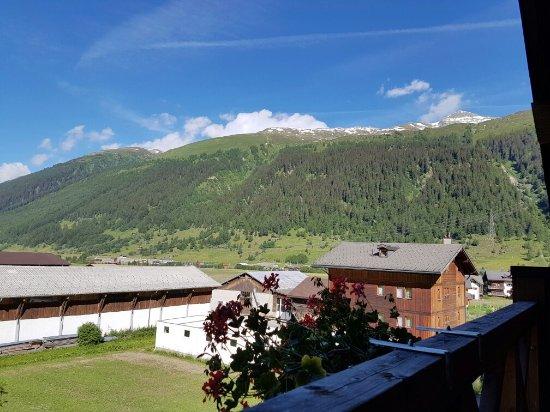 Oberwald, Svizzera: Vi fikk et rom med egen terrasse og nydelig utsikt