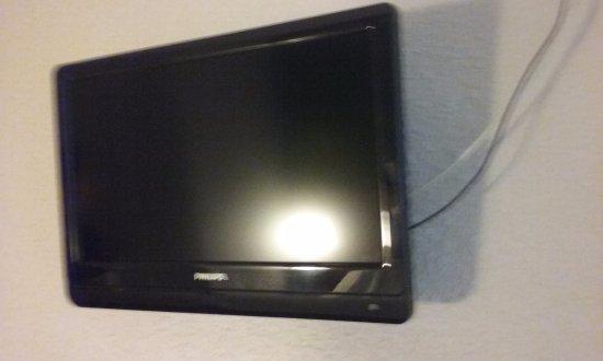 Hauteur Tv Au Mur petite tv bien suffisante accroché en hauteur sur le mur - photo de