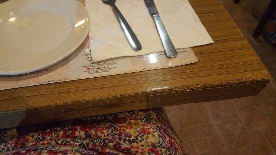 Pizzeria Mamma Bohemia: Mesa para cenar...... indignante