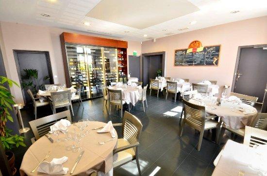 salle int rieur restaurant photo de l 39 auberge du ch teau bleu tremblay en france tripadvisor. Black Bedroom Furniture Sets. Home Design Ideas