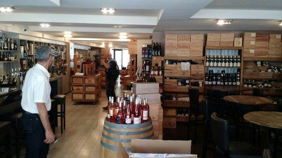 Bar-le-Duc, Francja: Entrée du restaurant, la salle et la terrasse sont au fond