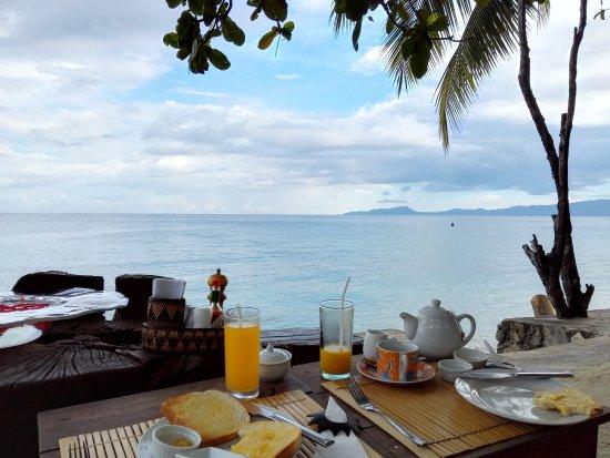 Sunset at Aninuan Beach Resort: 朝食。無料の朝食はパンとジュースのみです(笑)