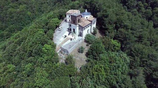 Formicola, Italia: Il Santuario di Maria SS. Del Castello sorge sopra un colle, a 355 metri sul livello del mare in