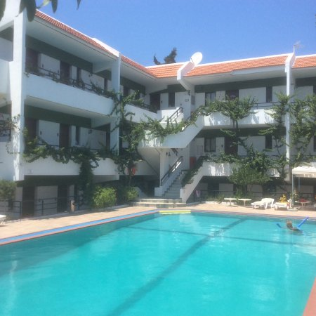 Hotel Terinikos: Zwembad en het hotel