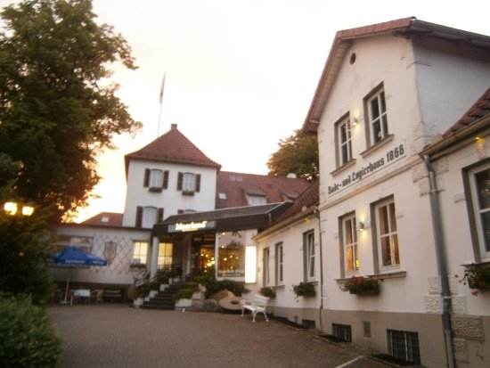 Vlotho, Deutschland: View of front of hotel.