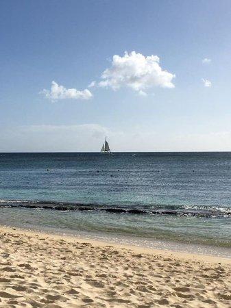 لو فيكتوريا هوتل: View from the beach at the hotel