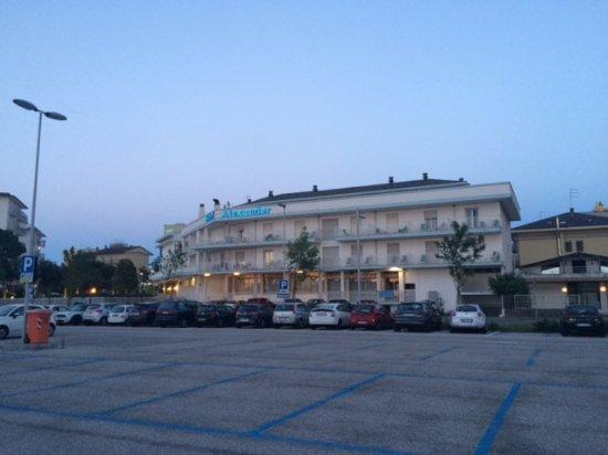 Hotel Alexander: Pohled na hotel z placeného (modré) parkoviště. 20 bílých míst patří k hotelu