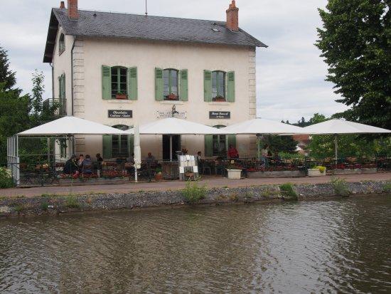 Briare, Frankrig: Il se situe en bordure du canal