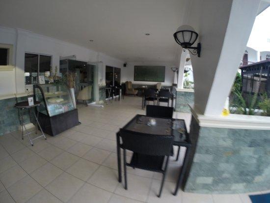 Panglao Regents Park Resort: food area near the pool