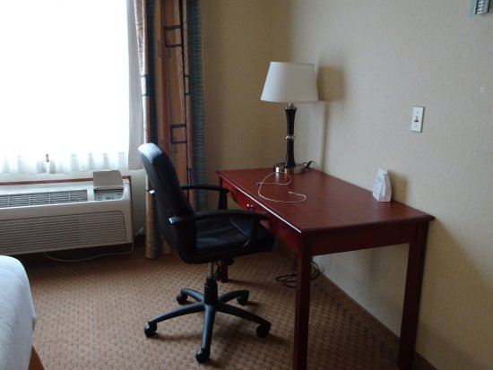 Holiday Inn Express Hotel & Suites Klamath Falls: desk