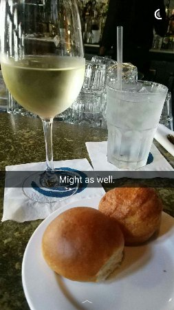 Nola Restaurant: Sweet wine with a corn muffin is LIFE!!