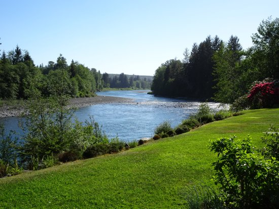 Quillayute River Resort: River in front of room
