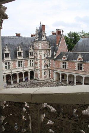 Chateau Royal de Blois: Binnenplaats vanaf de trap.