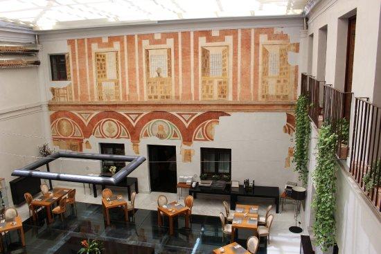 Hospes Palacio del Bailio: Breakfast atrium, with 7th C. Roman fresco uncovered.