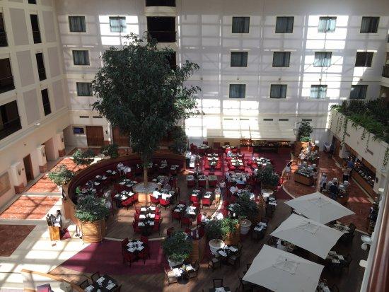 Sheraton Grand Krakow: atrio and restaurant