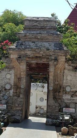 Sunan Bonang Tomb: 20160704_114322_large.jpg