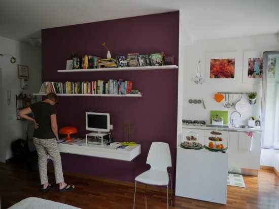 Porta Garibaldi Bed and Breakfast: dining area, desk and kitchen