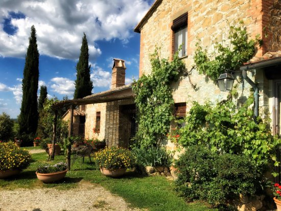 Agriturismo Cretaiole di Luciano Moricciani: The farmhouse... breathtaking!