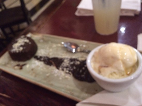 Hard Rock Cafe: Chocolate cake and ise cream
