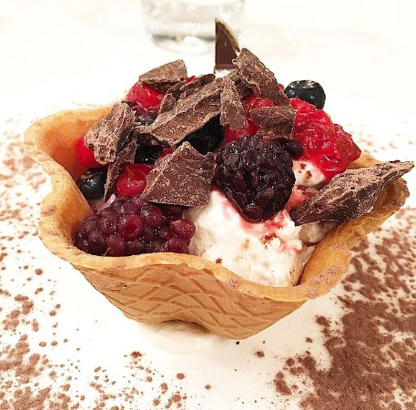 Pomaia, İtalya: Cialda servita con yogurt, frutti di bosco e scaglie di cioccolato fondente😍