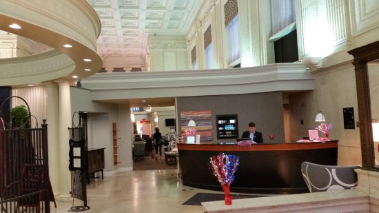 Residence Inn Columbus Downtown: View of the large lobby and high ceilings.