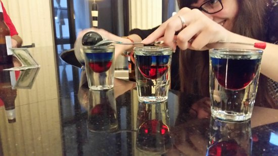 Residence Inn Columbus Downtown: Friendly bartender created red white and blue shots for us