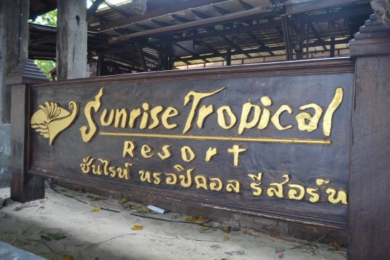Sunrise Tropical Resort: Placa de entrada do hotel