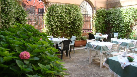 Locanda San Barnaba: The breakfast nook--quiet and peaceful--and the food was good.
