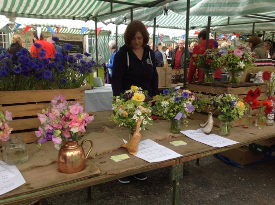 Hovingham, UK: Flower stall at the monthly Saturday market