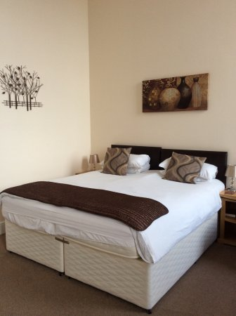 Grammar Lodge Guesthouse: Very comfortable bed in a bright and airy room.