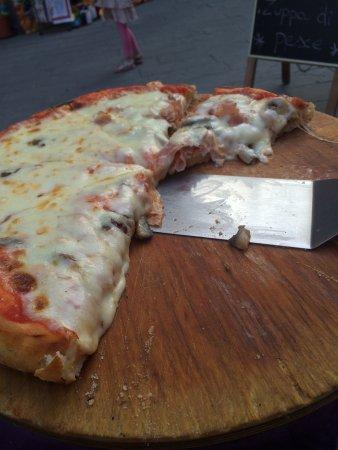 Pizzeria Mamma Mia: Pizza wie in den USA... Etwas enttäuschend für Italien. Der Service war aber sehr freundlich und