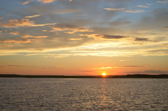 Fernandina Beach, فلوريدا: The sunset is beautiful and the knowledgeable crew provides several views .