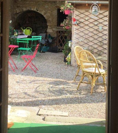 Le Coin des Artistes: Sunny courtyard